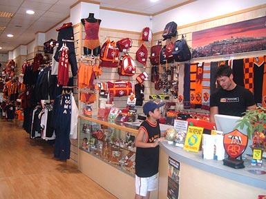 Tutta la nuova collezione Nike A.S. Roma in Via di Torrevecchia 126